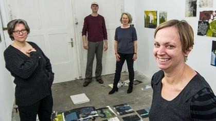 In der neue Galerie von Uwe Siemens: Von links: Dorothee Schäfer, Siemens, Sibylle Pieper, Gast Jette Flügge, die hier auch Grafik zeigt.