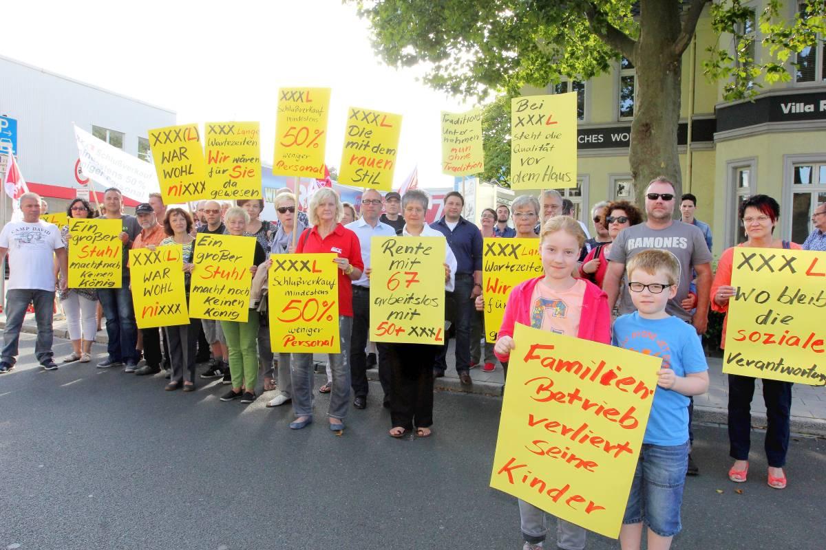 Ex Rück Mitarbeiter Demonstrieren In Oberhausen Gegen Xxxl Wazde