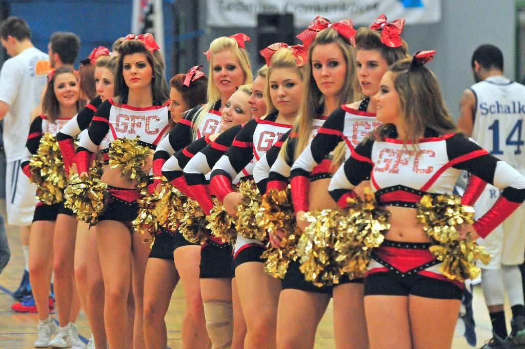 Cheerleader messen sich bei Meisterschaft in Gelsenkirchen | waz.de ...