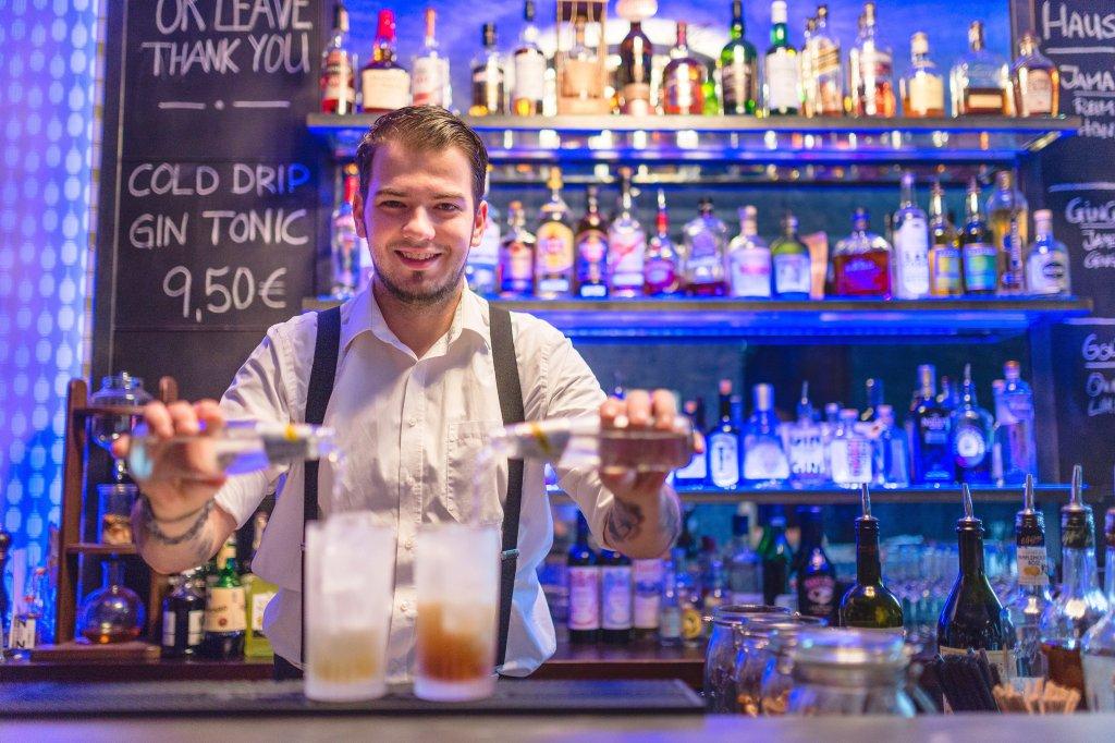 Ungewöhnlich Barkeeper Nehmen Beispiele Wieder Auf Bilder - Entry ...