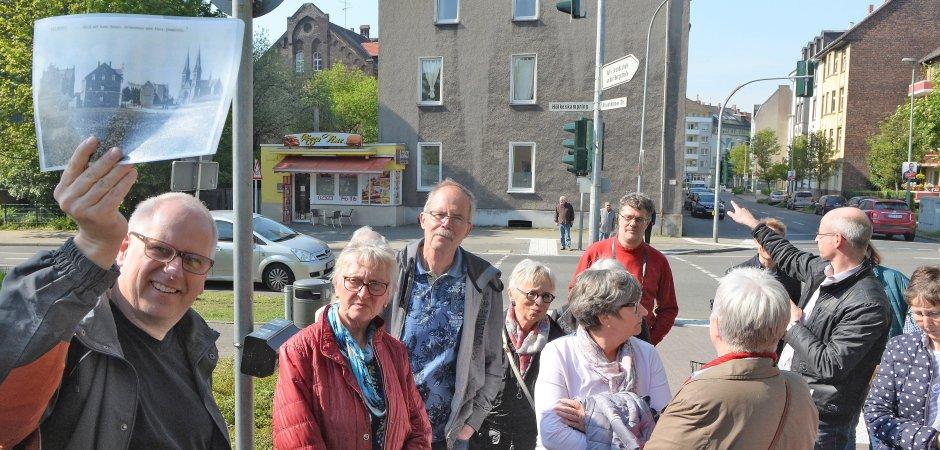 Auch an der Ecke Hölkeskampring/Altenhöfener Straße ist Stadtteilgeschichte geschrieben worden. Andreas Janik (l.) hält ein historisches Bild vom Anfang des Jahrhunderts in die Höhe.