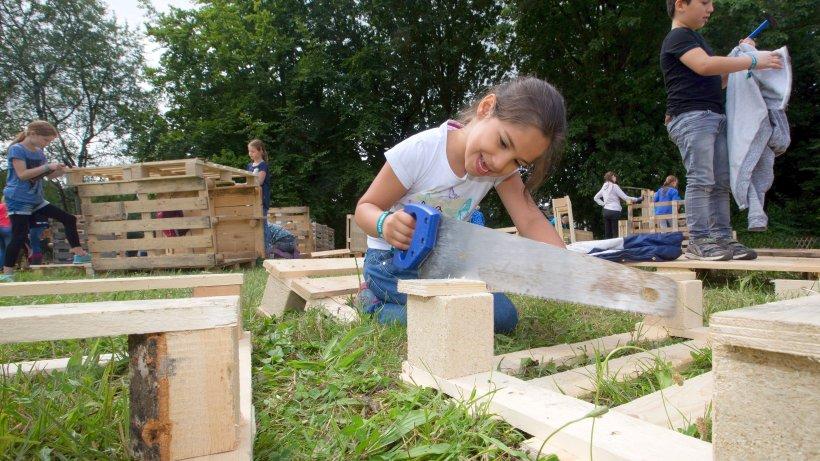 Kinder bauen villen auf dem abenteuerspielplatz for Villen bauen