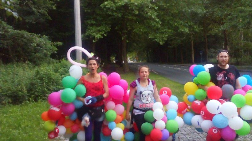 Luftballons flankieren protestmarsch gegen for Luftballons duisburg