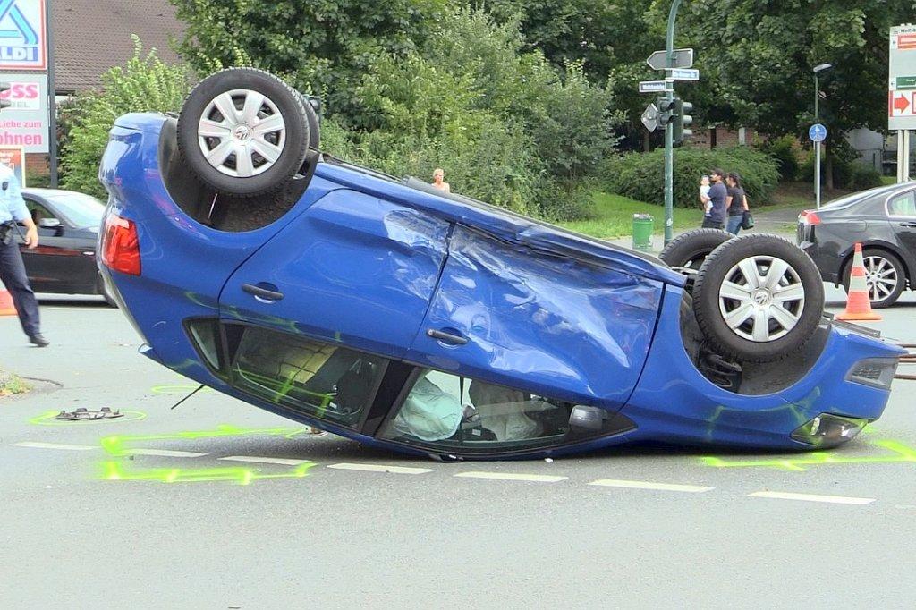 VW Polo landet bei Unfall in Essen auf dem Dach | waz.de | Essen