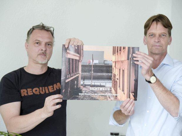 Wolfgang van Ackeren (li.) und Dirk Lechtenberg zeigen, wie es aussehen würde, wenn die Halle später einmal steht.