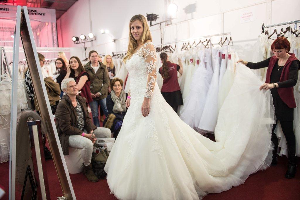 Brautkleider, Trauringe und Torten auf der Hochzeitsmesse   waz.de ...