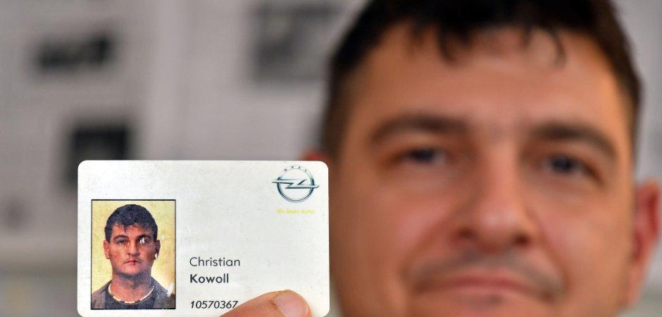 Christian Kowoll (41) zeigt seinen alten Opel-Dienstausweis. Der Band-Mitarbeiter hatte seine mittlerweile dritte Kündigung erhalten. Vor dem Landesarbeitsgericht hat er sich bislang zweimal erfolgreich gewehrt.