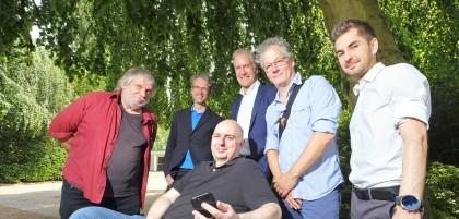 """Sie stellten die """"Bochumer Bankgeheimnisse"""" gestern auf dem Blumenfriedhof vor: (v.li.) Werner Streletz, René Wynands, Frank Goosen, Roland Küper, Christoph Schurian und Patrick Grihn."""