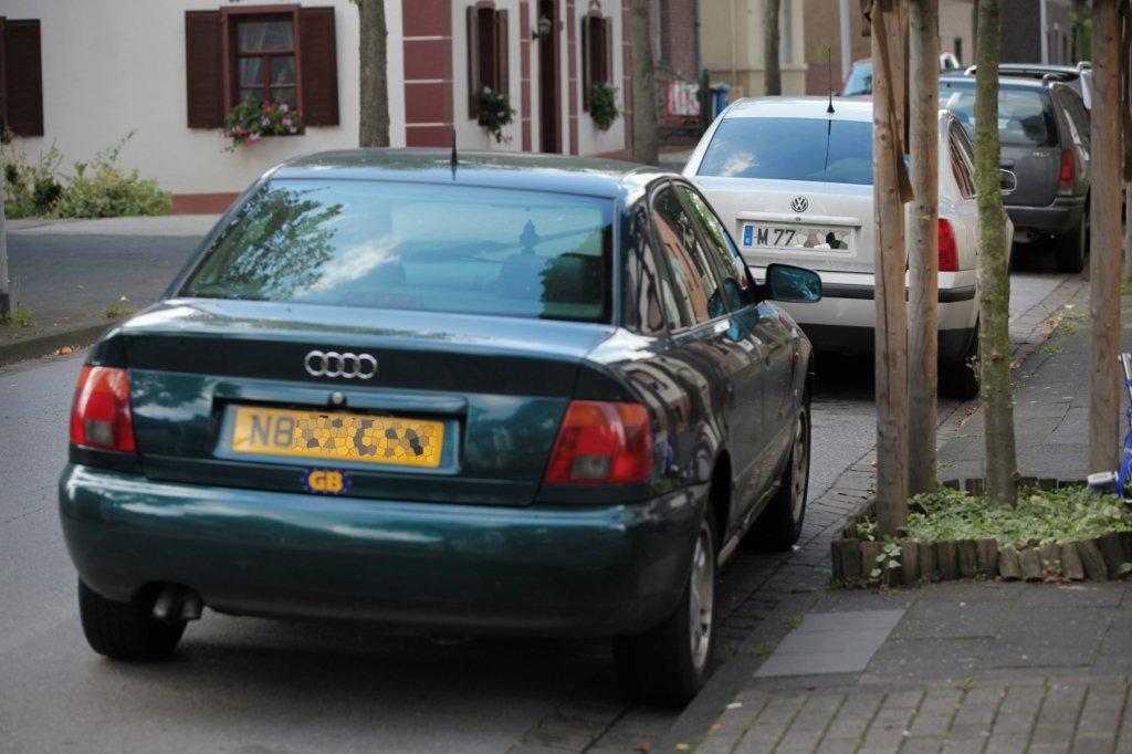 Warum viele Roma in Duisburg Autos mit britischen Kennzeichen fahren