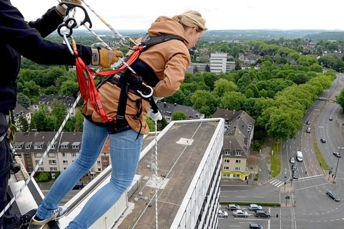 Kletterausrüstung Dortmund : House running in essen kopfüber am hochhaus hinabspazieren waz