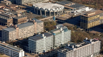 Das Technologiezentrum Ruhr (TZR), das lange Gebäude in der Bildmitte, wird wieder ein Unigebäude. Die Bochum Wirtschaftsentwicklung (Bowe) will ein neues TZR bauen.