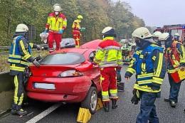 A40-Unfall: Feuerwehr Bochum befreit verletzten Fahrer