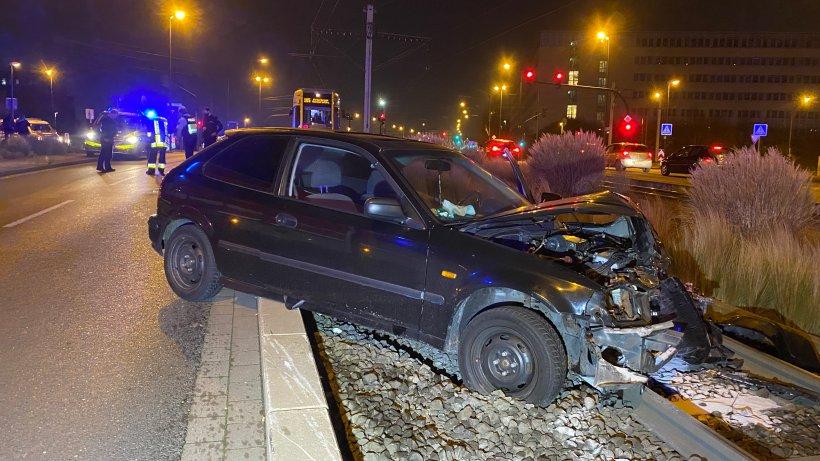 Unfall-Unfall-in-Essen-Autos-landen-nach-Kollision-im-Gleisbett
