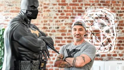 Vor dem Empfangstresen von Crealize im Essener Südviertel steht eine große Batman-Figur, Jacob Fatih hat sie geschenkt bekommen.