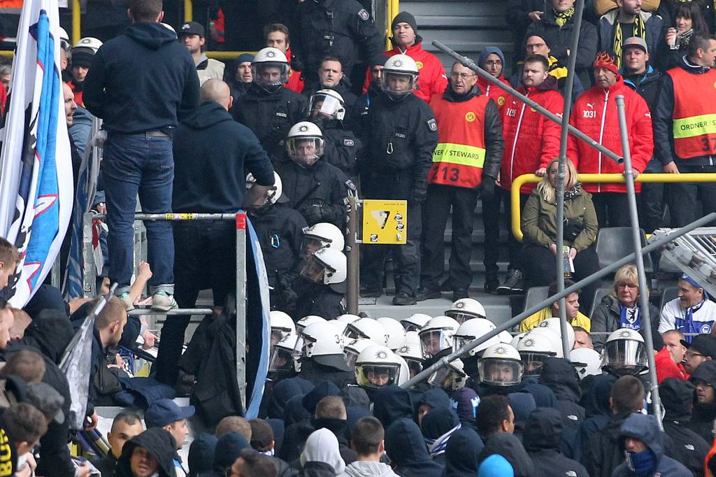 Polizei Dortmund Verteidigt Einsatz Bei Bvb Skandalspiel Wazde Bvb