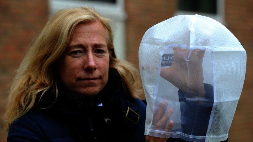NRW-Polizisten bekommen Hauben gegen Spuckattacken