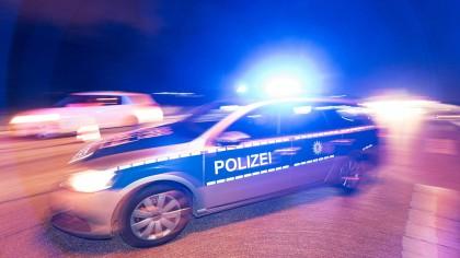 Ein 54-jähriger Gelsenkirchener wurde von einem Räuber mit einem Messer schwer verletzt. Der Täter hatte es auf Geld abgesehen, stach mehrmals zu.