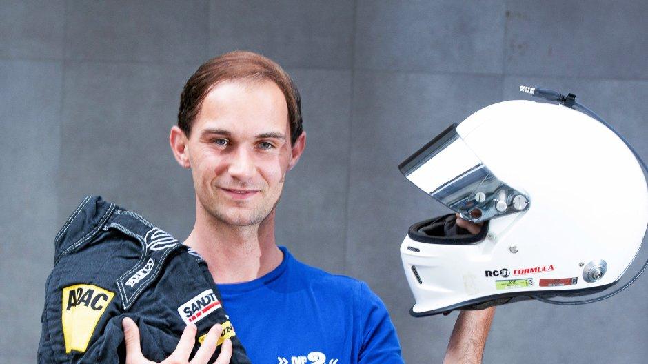 Gut ausgerüstet: Sascha Friedrich greift am kommenden Wochenende zu Rennfahrerjacke und Helm. Fußballschuhe, Trikot und Stutzen bleiben dann im Schrank.