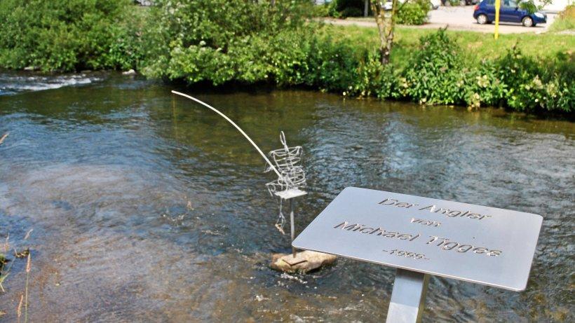 Meschede: Angler an der Ruhr mit neuem Metallschild