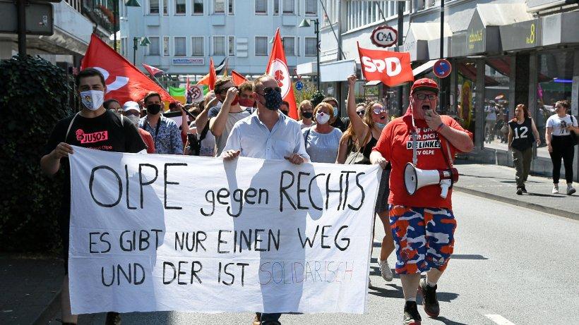Olpe: Zahlreiche Menschen demonstrieren gegen rechten Hass