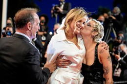 """Julia Ducournaus """"Titane"""" gewinnt Goldene Palme von Cannes"""