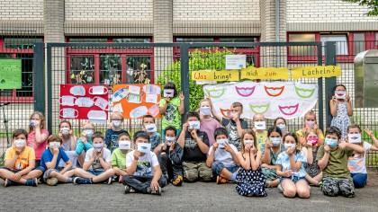An der Gebrüder-Grimm-Grundschule in Moers haben Kinder zum Tag des Lächelns gebastelt und gemalt.