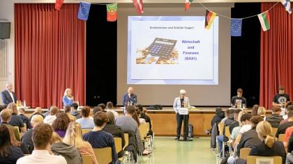 """Zur Podiumsdiskussion """"Wir gestalten Deutschland!"""" am Mercator-Berufskolleg Moers waren sechs von zehn Wahlkreiskandidatinnen und -kandidaten eingeladen."""
