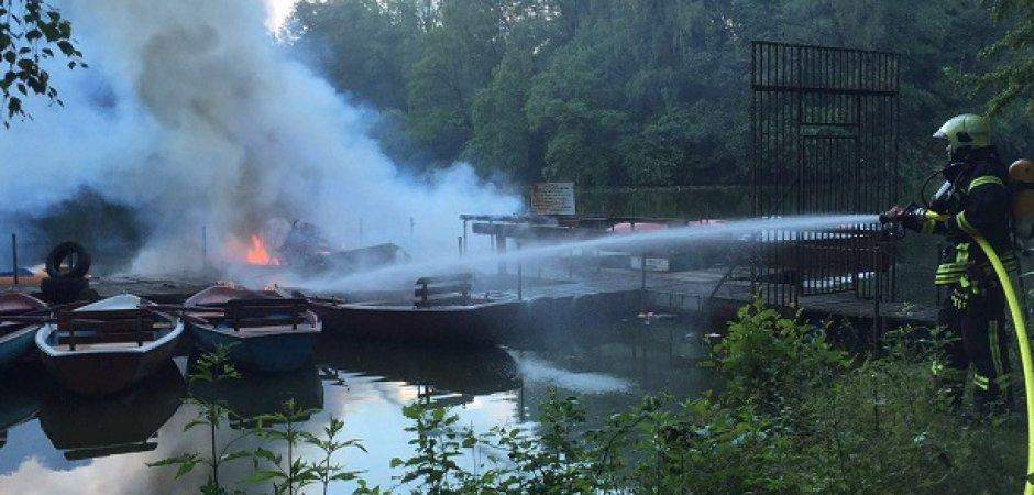 Der Bootsverleih im Oberhausener Revierpark wurde zerstört. Rund anderthalb Stunden dauerte der Löscheinsatz der Feuerwehr.