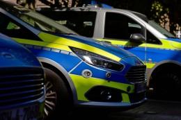 Ruhestörer greift zu Messer und spuckt nach Polizisten