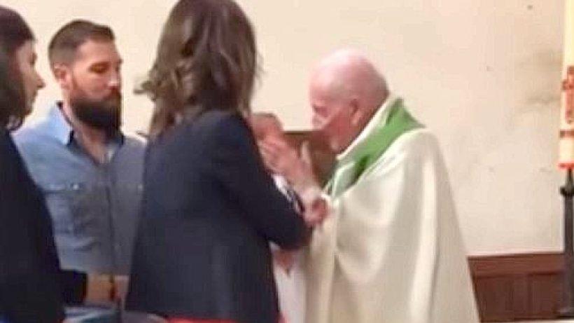Priester Schlägt Baby