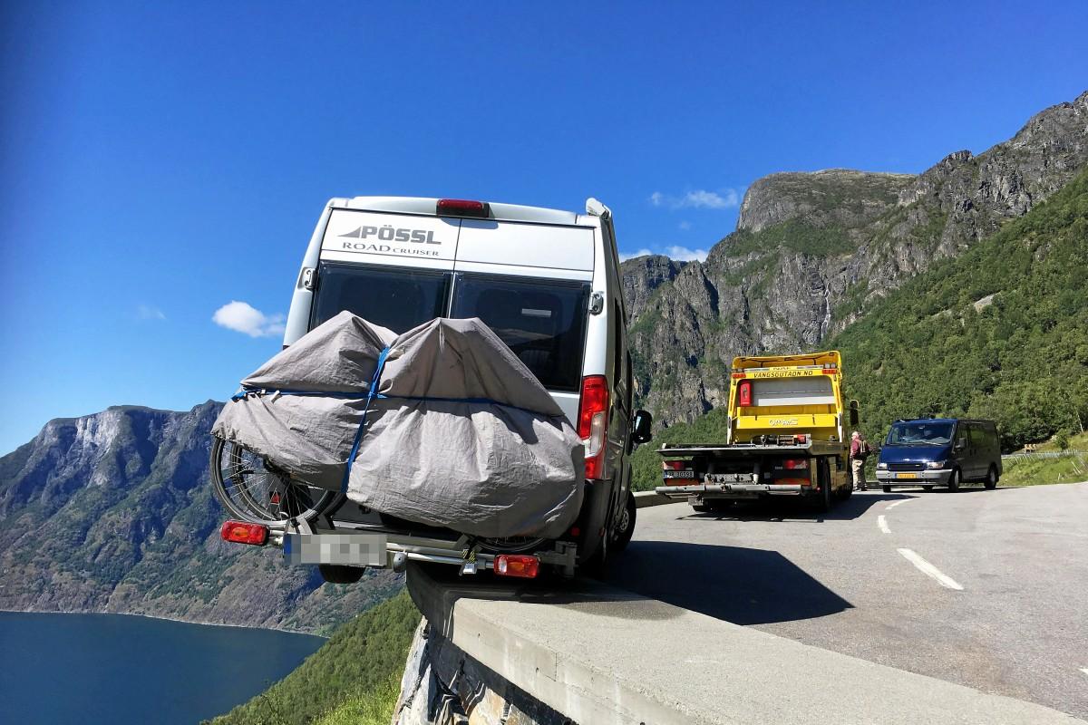 Norwegen: Wohnmobil von deutschem Paar ragt halb über Abgrund - waz.de