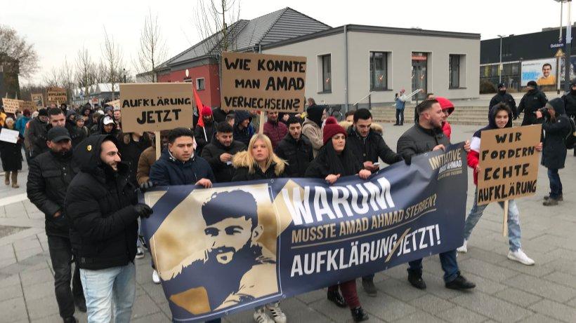 demonstranten in geldern fordern aufkl rung ber feuer tod des syrers amad a politik. Black Bedroom Furniture Sets. Home Design Ideas