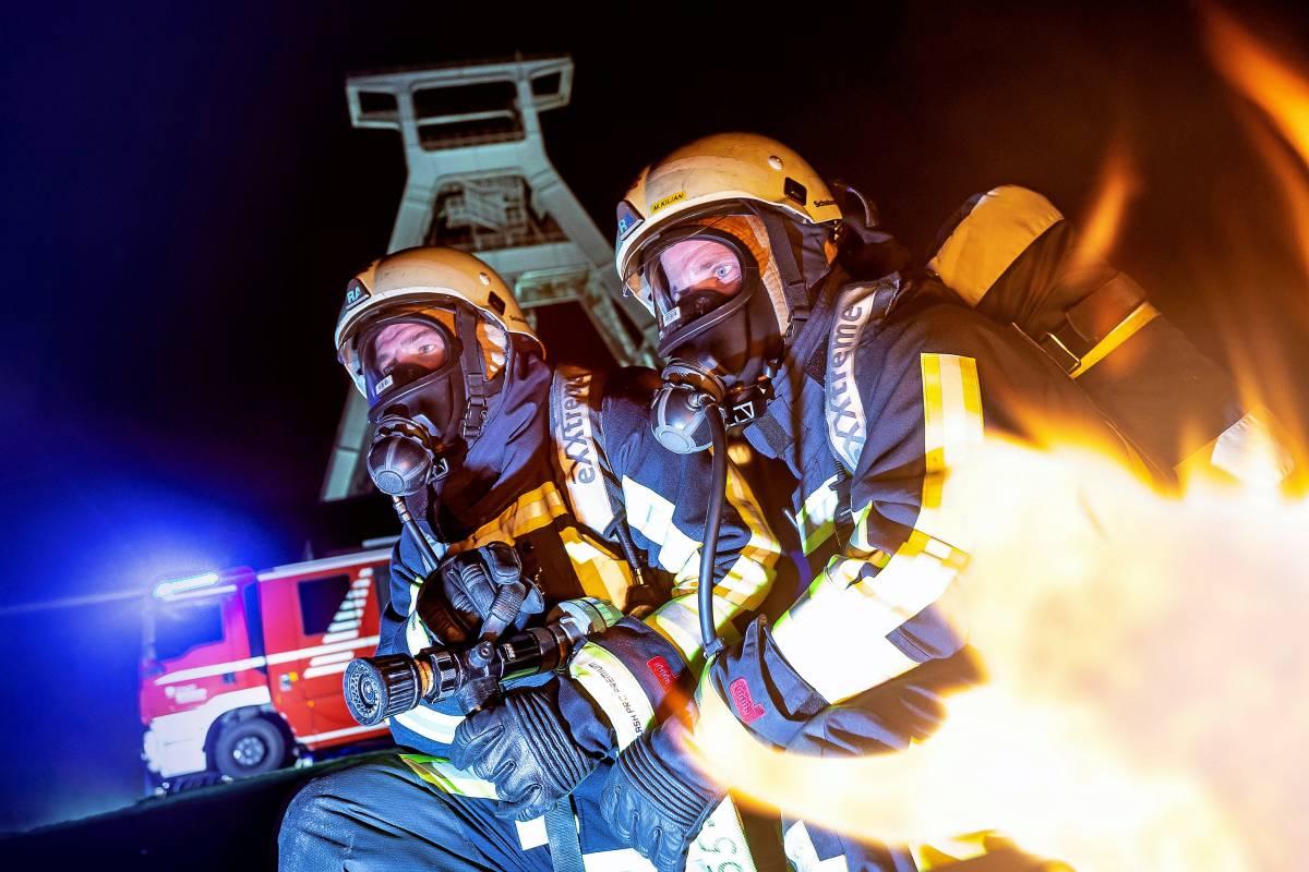 Feuer Flamme Mit Feuerwehrmannern Im Einsatz Wikiwand