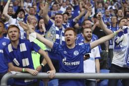Schalke-Fans bereiten der Mannschaft begeisternden Empfang