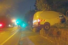 Polizei: Kleintransporter hängt auf einer Mauer in Witten